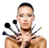Mooie vrouw met make-upborstels Royalty-vrije Stock Afbeelding