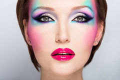 Mooie vrouw met manier heldere make-up Stock Afbeelding