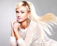 Mooie vrouw met maniermake-up en lange witte haren royalty-vrije stock fotografie