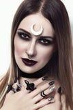 Mooie vrouw met modieuze gotische samenstelling en manicure Stock Foto's