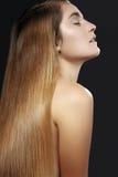 Mooie vrouw met mooi recht glanzend haar, maniermake-up Glamoursamenstelling Mooi vlot kapsel Stock Foto's