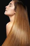 Mooie vrouw met mooi recht glanzend haar, maniermake-up Glamoursamenstelling Mooi vlot kapsel Stock Foto