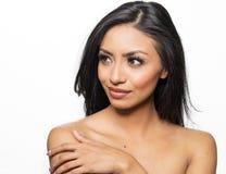 Mooie vrouw met naakt schouders schitterend haar Stock Foto's