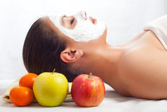 Mooie vrouw met natuurlijk gezichtsmasker royalty-vrije stock foto's