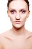 Mooie vrouw met natuurlijke beige samenstelling Stock Afbeeldingen