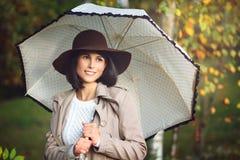 Mooie vrouw met paraplu in de herfstpark Royalty-vrije Stock Afbeelding