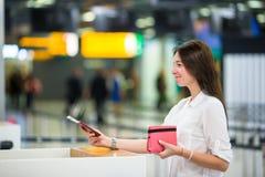 Mooie vrouw met paspoorten en instapkaarten stock foto's