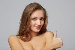 Mooie vrouw met perfect huid en gezicht, op grijze achtergrond Royalty-vrije Stock Fotografie