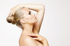 Mooie vrouw met perfecte huid en blond haar. Royalty-vrije Stock Afbeeldingen