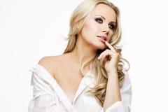 Mooie vrouw met perfecte huid en blond haar. Stock Afbeeldingen