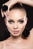 Mooie vrouw met perfecte huid en met de hand gemaakte juwelen stock afbeelding