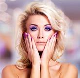Mooie vrouw met purpere spijkers en glamourmake-up royalty-vrije stock afbeeldingen
