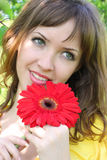 Mooie vrouw met rode bloem Royalty-vrije Stock Afbeelding