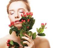 Mooie vrouw met rode bloemen stock fotografie