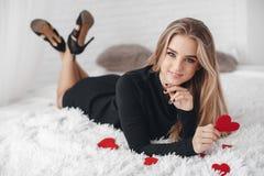 Mooie vrouw met rode harten in liefdedag Stock Foto's