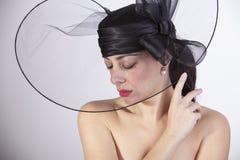 Mooie vrouw met rode lippen, en gesloten ogen met droevige blik en zwarte hoed Retro manier royalty-vrije stock afbeelding