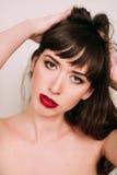 Mooie vrouw met rode lippen in studio Royalty-vrije Stock Fotografie