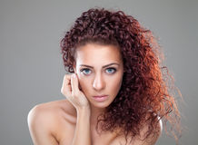 Mooie vrouw met rood krullend haar Stock Afbeeldingen