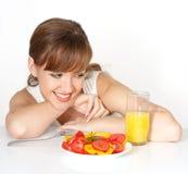 Mooie vrouw met salade Stock Afbeeldingen