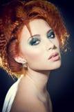 Mooie vrouw met schitterende haar en make-up Stock Foto