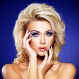 Mooie vrouw met schoonheids purpere manicure en make-up van ogen royalty-vrije stock afbeeldingen