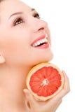 Mooie vrouw met sinaasappel royalty-vrije stock fotografie