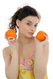 Mooie vrouw met sinaasappelen royalty-vrije stock foto's