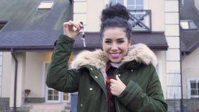 Mooie vrouw met sleutels van een nieuw huis stock video