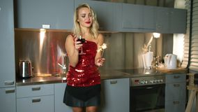 Mooie vrouw met sterretje en wijn stock footage