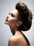 Mooie vrouw met stijlkapsel stock foto's