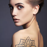 Mooie vrouw met Tatoegering stock foto