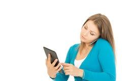 Mooie vrouw met telefoon en tablet Stock Foto