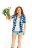 Mooie vrouw met tuin verse wortelen royalty-vrije stock fotografie
