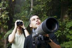 Mooie Vrouw met Verrekijkers en Man met Telescop Royalty-vrije Stock Afbeeldingen