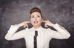 Mooie vrouw met vingers in haar oren Royalty-vrije Stock Afbeelding