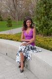 Mooie vrouw met vlechten gezet in park royalty-vrije stock foto