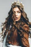 Mooie vrouw met vliegend haar in kroon stock foto's