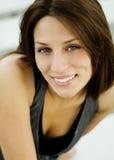 Mooie vrouw met vriendschappelijke glimlach Royalty-vrije Stock Afbeeldingen