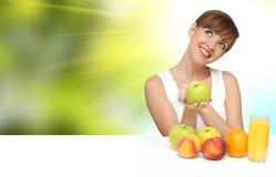 Mooie vrouw met vruchten Stock Afbeeldingen