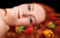 Mooie vrouw met vruchten in rood haar Royalty-vrije Stock Afbeeldingen
