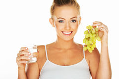 Mooie vrouw met water en druiven Stock Fotografie