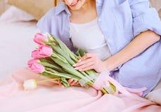 Mooie vrouw met witte en roze tulpen Stock Foto's
