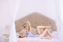Mooie vrouw met witte en roze tulpen Stock Afbeeldingen