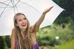 Mooie vrouw met witte paraplu royalty-vrije stock foto's