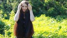 Mooie vrouw met zeer lang haar hairstyle stock footage