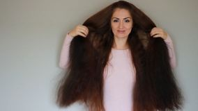 Mooie vrouw met zeer lang haar hairstyle stock videobeelden