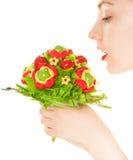 Vrouw met zoete die bloem op wit wordt geïsoleerd Stock Foto's