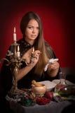 Mooie vrouw met zwarte mantel royalty-vrije stock foto