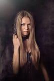 Mooie vrouw met zwarte mantel royalty-vrije stock foto's