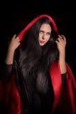 Mooie vrouw met zwarte mantel Stock Afbeelding
